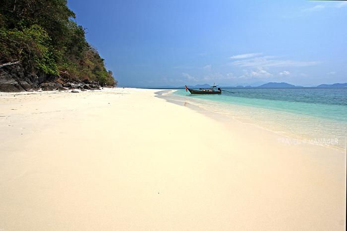 หาดทรายยาวขาวเนียน ผืนทรายละเอียดยิบ ที่เกาะค้างคาว