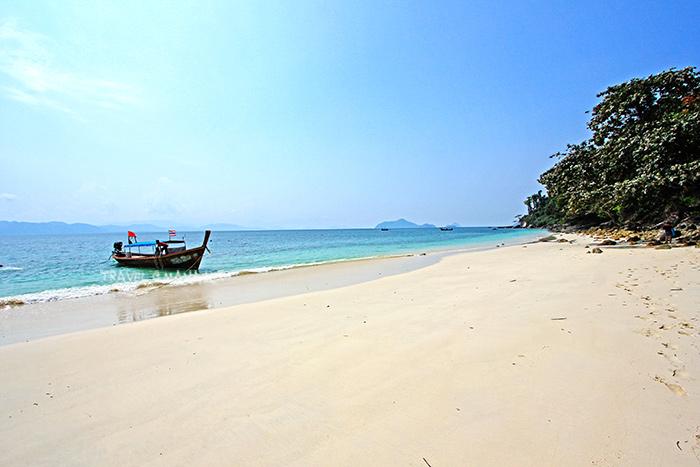 หาดทรายยาวขาวเนียนแห่งเกาะค้างคาว