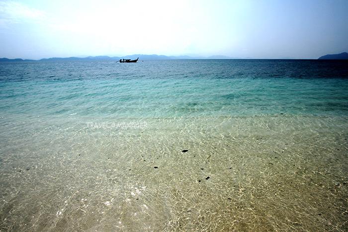 น้ำทะเลใสแจ๋วที่หาดทรายแห่งเกาะค้างคาว