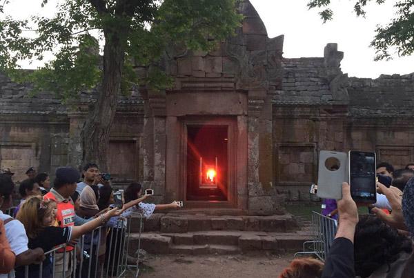 ประชาชนนักท่องเที่ยวทั้งชาวไทยและต่างประเทศนับพันคน ได้ชมปรากฏการณ์มหัศจรรย์ดวงอาทิตย์ขึ้นตรง 15 ช่องประตู ปราสาทพนมรุ้ง จ.บุรีรัมย์ สมใจ หลังท้องฟ้าเปิดเห็นได้อย่างชัดเจน วันนี้ ( 3 เม.ย.)