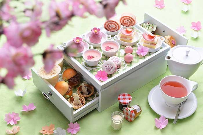 ดื่มด่ำกับชุดน้ำชายามบ่ายสีชมพูในธีมซากุระ