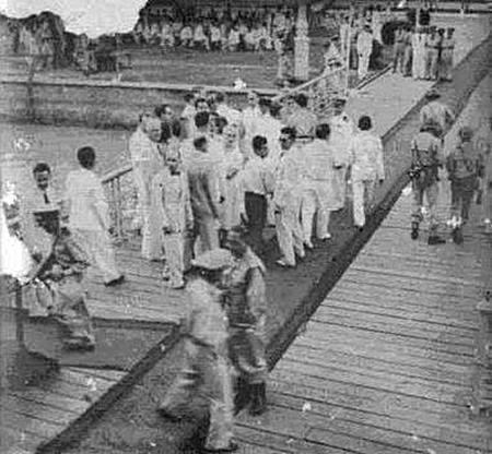 น.ต.มนัส จารุภา (ซ้ายสุดในภาพ) ถือปืนวิ่งไปที่เรือขุด