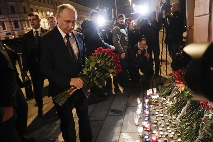 "<i>ประธานาธิบดีวลาดิมีร์ ปูติน แห่งรัสเซีย (ซ้าย) วางช่อดอกไม้ที่บริเวณหน้าสถานีรถไฟใต้ดิน ""สถาบันเทคโนโลยี"" (Tekhnologicheskiy institut) ในเมืองเซนต์ปีเตอร์สเบิร์ก เมื่อคืนวันจันทร์ (3 เม.ย.) </i>"