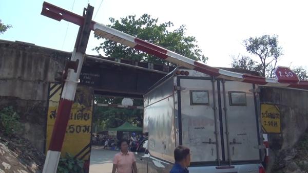 ลืมดู! หนุ่มขับกระบะติดตู้สูงส่งของ ชนราวกั้น-ทางลอดรถไฟตูมสนั่น