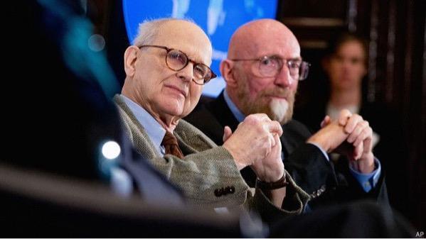 Rainer Weiss และ Kip Thorne เมื่อครั้งแถลงข่าวการตรวจวัดคลื่นโน้มถ่วงได้ (AP)