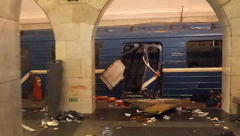 ขบวนรถไฟใต้ดินซึ่งถูกโจมตีด้วยระเบิดฆ่าตัวตายจอดอยู่ที่สถานีสถาบันเทคโนโลยีในนครเซนต์ปีเตอร์สเบิร์ก เมื่อวันที่ 3 เม.ย.
