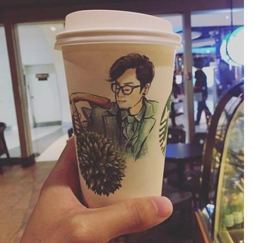 """สุดยอดแฟนพันธุ์แท้ เมื่อ """"ฟิล์ม"""" ภรรยา """"ทอม Room39"""" ไปซื้อกาแฟเจ้าดังแล้วเจอแก้วแบบนี้!"""