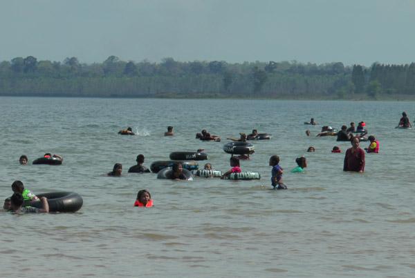"""ทะเลอีสาน ประชาชนเดินทางกลับก่อนสงกรานต์แห่เที่ยวเล่นน้ำ """"เขื่อนลำนางรอง"""" (ชมคลิป)"""