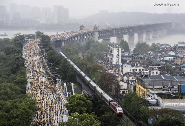 อู่ฮั่นจัดงานวิ่งมาราธอนครั้งใหญ่ ฉลอง 60 ปี สะพานข้ามแม่น้ำแยงซี
