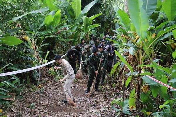 ทหารไทย-พม่า ร่วมทำแนวกันไฟป่าตามแนวชายแดน