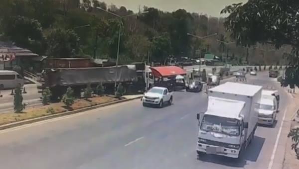 ระทึก! รถบรรทุกเบรกแตกชนเกาะกลางถนนที่แม่สอด เคราะห์ดีไม่มีผู้บาดเจ็บ