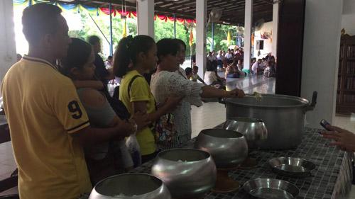 ชาวจันทบุรี พาครอบครัวและบุตรหลานทำบุญตักบาตรช่วงเทศกาลสงกรานต์ เนืองแน่น