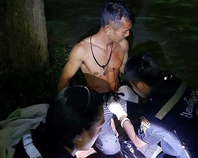 แว้นเมืองกรุงเหิม! ฉุนตำรวจเตือนขับรถปาดหน้า ยกพวกล้อมชักมีดกะซวกกลางอกหวิดดับ