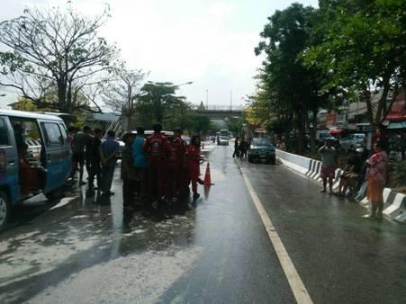 เศร้าสลด! ฝนตกถนนลื่น พ่อขับปิกอัพชนลูกนั่งกระบะหัวกระแทกดับ