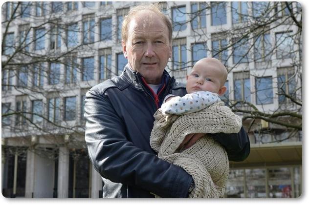 (ซ้าย)พอล เคนยอน(Paul Kenyon) วัย 62  ปี ตาของหลานชายทารกวัย 3 เดือน