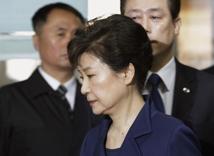 <i>ภาพจากแฟ้มถ่ายเมื่อวันที่ 30 มีนาคม 2017 ขณะอดีตประธานาธิบดีพัค กึน-ฮเย ของเกาหลีใต้ เดินทางถึงศาลชั้นต้นในกรุงโซล เพื่อรับฟังการพิจารณาคำร้องของฝ่ายอัยการที่ขอจับกุมตัวเธอ  ทั้งนี้ล่าสุดอัยการแถลงในวันจันทร์ (17 เม.ย.) ว่าได้ตั้งข้อหาเธออย่างเป็นทางการแล้ว </i>