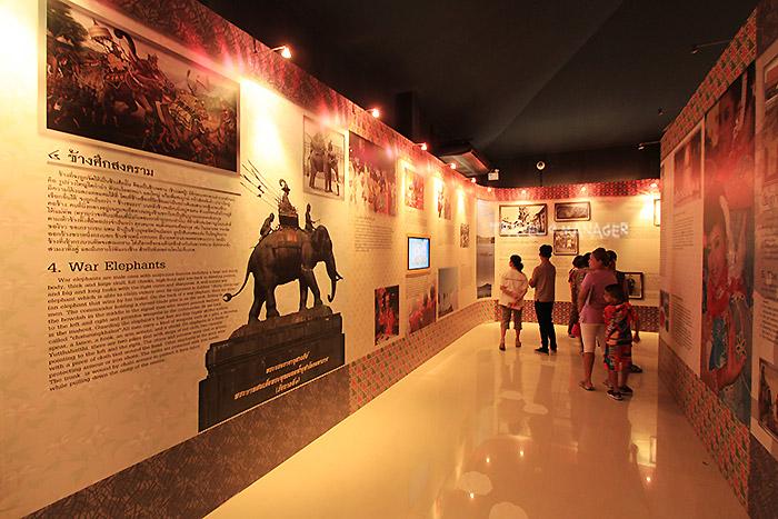 บรรยากาศการจัดแสดงในศูนย์วัฒนธรรมเฉลิมราช พิพิธภัณฑ์ช้างดึกดำบรรพ์ทุ่งหว้า