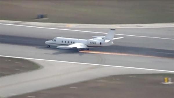 ฝีมือขั้นเทพ! นักบินนำเครื่องลงจอดฉุกเฉินสนามบินในฟลอริดา ทั้งๆ ที่ล้อหลุด [คลิป]