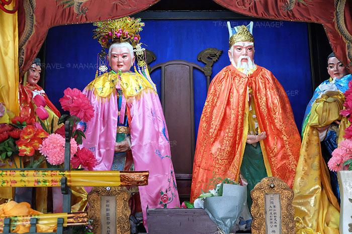 รูปปั้นหยางเย่ (องค์ขวา) กับ หยางฟู่เหยิรน ภรรยาของเขาที่อยู่ภายในศาลเจ้าขุนศึกตระกูลหยาง