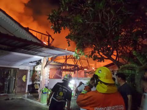 ไฟไหม้บ้านไม้กลางเมืองระยอง หวิดเป็นทะเลเพลิง