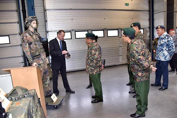 <br><FONT color=#00003>ไปเยี่ยมชมศูนย์ฝึกอำนวยการรบ ของกองทัพบกเยอรมนีในบาวาเรีย ที่นั่นมีอุปกรณ์ไฮเทคในช้อปปิ้งลิสต์ อีกรายการเช่นเดียวกัน.  </b>