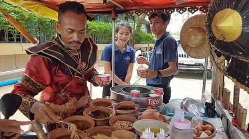 ชื่นชม..พ่อค้าขายไอศกรีมเมืองสัตหีบ แต่งชุดนักรบไทยโบราณเทิดทูนองค์สมเด็จพระเจ้าตากสิน