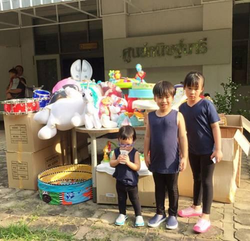 """สอนลูกดี """"เปิ้ล – จูน""""  พาลูกทั้ง 4 คน นำของบริจาคบ้านพักฉุกเฉินเด็ก"""