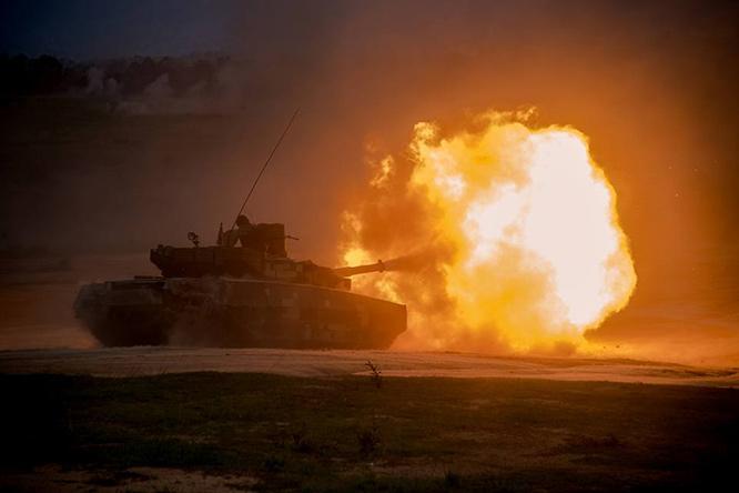 <br><FONT color=#00003>T-84 Oplot-M ของกองทัพบก เคยสาธิตการยิงให้เห็นแบบนี้มาหลายครั้ง รวมทั้งออกแล่นระหว่างการฝึกคอบร้าโกลด์ปีนี้ แต่สัปดาห์นี้เป็นการฝึกร่วมกับอีก 2 เหล่าทัพ และ ยิงด้วยกระสุนจริง รถถังรุ่นใหม่ของไทยสนธิกำลัง กับยานเกราะจู่โจมยกพลขึ้นบก AAV-7A1 และ BTR3E1 ของนาวิกโยธิน ในสถานการณ์สงครามสมมติ การฝึกที่มีกองพลนาวิกโยธินเป็นกำลังหลักครั้งนี้ ยังแสดงให้เห็นการยิง ATGM โดยรถ BTR-3E1 ซึ่งมีเพียง 6 คัน ที่มีขีดความสามารถนี้ ทั้งยังมีฮัมวีอีกคันหนึ่ง ติดตั้งจรวด BGM-71 TOW-2 ออกโชว์อีกด้วย. -- ภาพโดยกองประชาสัมพันธ์ สลก.ทร.  </b>