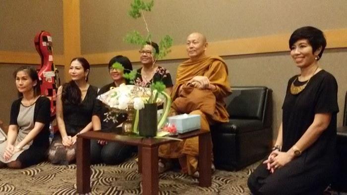 ขวามือ อ้อย -  วราภรณ์ พวงไทย  ผู้จัดงาน