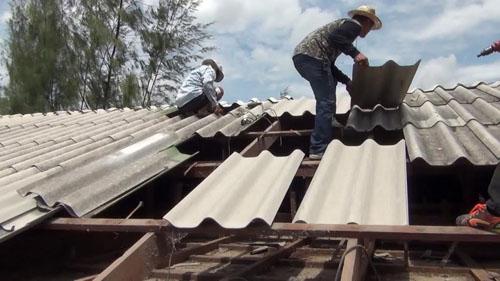เร่งซ่อมแซมอาคารเรียน รร.วัดยาง หลังถูกพายุฤดูร้อนพัดกระเบื้องหลังคาเสียหายหลายจุด