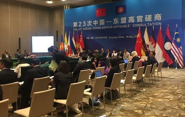 การประชุมเจ้าหน้าที่อาวุโสอาเซียน-จีนครั้งที่ 23 ณ เมืองกุ้ยหยาง เมื่อวันที่ 19 พ.ค. โดยมีรัฐมนตรีช่วยว่าการกระทรวงต่างประเทศแห่งสาธารณรัฐประชาชนจีน นาย หลิว เจิ้นหมิน และ เลขาธิการประจำกระทรวงต่างประเทศแห่งสิงคโปร์ นายชี วี เคียง เป็นประธานร่วมในการประชุมฯ (ภาพ เอเจนซี จีน)