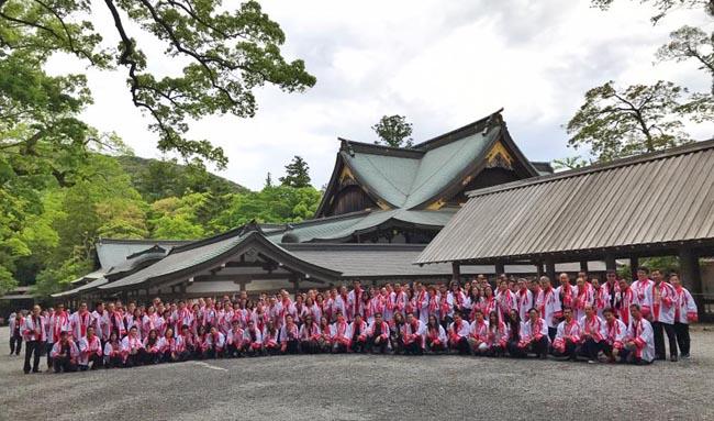 โทชิอากิ มาเอคาวะ ประธานบริษัทตรีเพชรอีซูซุเซลส์ จำกัด พร้อมผู้บริหารระดับสูง นำทัพผู้จำหน่ายอีซูซุมากกว่า 200 ชีวิตเข้าพิธีเสริมบารมีฉลอง 60 ปีทองอีซูซุ ณ อิเสะ วิหารศักดิ์สิทธิ์ที่มีแม่น้ำ
