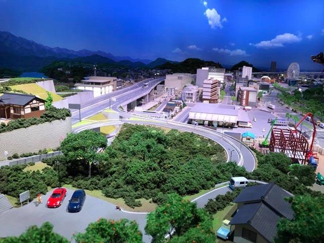 ชั้น 1 เมืองจำลองขนาดใหญ่ซึ่งมีรถอีซูซุวิ่งอยู่ เพื่อให้ผู้ชมเข้าใจถึงความสัมพันธ์ระหว่างการดำเนินชีวิตของผู้คนกับแบรนด์ อีซูซุ