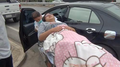 """สาวท้องแก่สุดทน..คลอดลูกในรถยนต์ที่จอดด้านหน้าโชว์รูมจำหน่ายรถยนต์ พร้อมตั้งชื่อ """"มาสด้า """""""