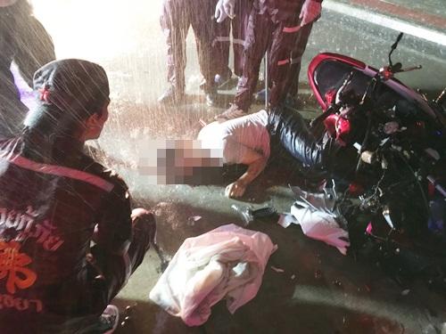 หนุ่มร้อยเอ็ดซิ่งจักรยานยนต์ฝ่าสายฝน ชนท้ายรถบรรทุกพ่วงดับคาที่