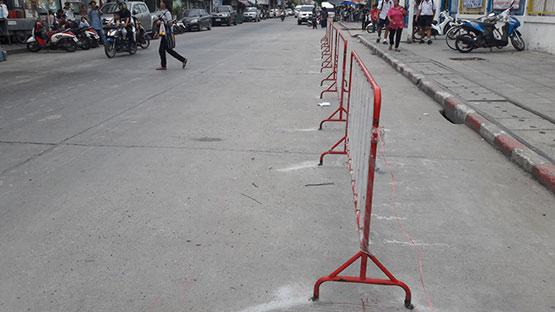 พิลึกโรงเรียนดังย่านบางพลีเชื่อมแผงเหล็กติดกับพื้นถนนหลวง อ้างกันอุบัติเหตุ