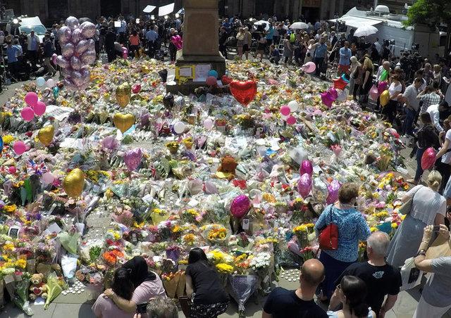 ฝูงชนนำดอกไม้และลูกโป่งมาวางย่านใจกลางเมืองแมนเชสเตอร์เมื่อวันพฤหัสบดี(25พ.ค.) เพื่อไว้อาลัยแก่เหยื่อเหตุโจมตีกลางคอนเสิร์ตในแมนเชสเตอร์ อารีนา