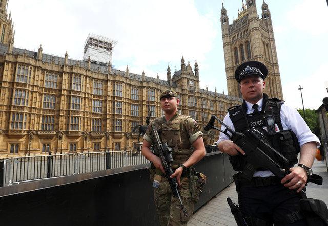 ทหารและตำรวจถูกส่งเข้าอารักขารัฐสภาอังกฤษในกรุงลอนดอน หลังเกิดเหตุโจมตีในแมนเชสเตอร์