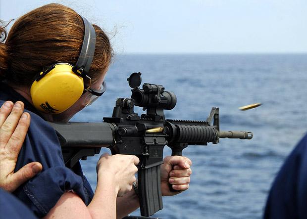 <br><FONT color=#00003>เจ้าหน้าที่ควบคุมเพลิง เรเชล ฮับลีย์ (Rachel Hubley) ฝึกยิง M4 คาร์บีน/คาร์บิน บนเรือลาดตระเวณ USS Vella Gulf (CG 72) ขณะแล่นในมหาสมุทรแอตแลนติก 25 ก.ค.2551 เป็นไรเฟิลมาตรฐาน ที่ใช้ง่าย แม่นยำ และ ใครๆ ก็ยิงได้. -- US Navy Photo/MCS Seaman Chad R Erdmann. </b>