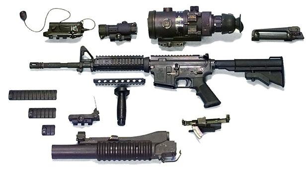 <br><FONT color=#00003>M4A1/A2 มีลูกเล่นมากมายอยู่แล้ว ในภาพนี้เป็นชุดโมดูลาร์มาตรฐาน ติดตั้งอุปกรณ์หลายชนิด รวมทั้งเครื่องยิงลูกระเบิด M203 (โปรดดูการใช้งานคลิป..)  กล้องช่วยเล็ง ระบบอุปกรณ์เลเซอร์ และ ไน้ท์วิชั่นออพติก ที่ทำให้มองเห็นเป้าหมายในเวลากลางคืน และ อื่นๆ. </b>