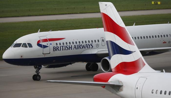 <i>เครื่องบินของสายการบินบริติชแอร์เวยส์ เข้าจอดเทียบที่อาคารที่พักผู้โดยสาร 5 (Terminal 5) ของท่าอากาศยานฮีธโรว์ ในกรุงลอนดอน เมื่อวันเสาร์ (27 พ.ค.) เนื่องจากระบบคอมพิวเตอร์ขัดข้อง ทางสายการบินต้องประกาศยกเลิกเที่ยวบินทั้งหมดในวันเสาร์ และเริ่มให้บริการได้ในบางเที่ยวบินในวันอาทิตย์  (28) </i>