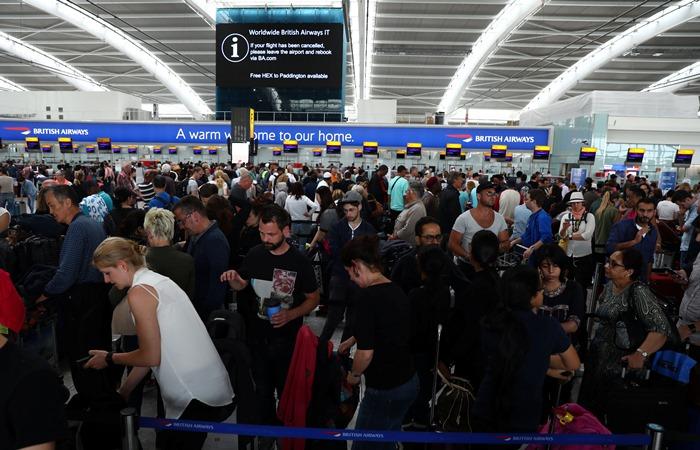 <i>บรรยากาศในอาคารที่พักผู้โดยสาร 5 (Terminal 5) ของท่าอากาศยานฮีธโรว์ ในกรุงลอนดอน เมื่อวันอาทิตย์ (28 พ.ค.) ซึ่งบางเที่ยวบินของสายการบินบริติชแอร์เวยส์เริ่มให้บริการได้แล้ว </i>