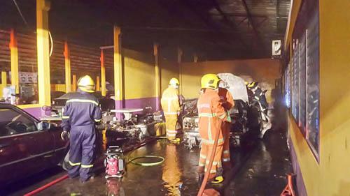 ตร. เร่งหาสาเหตุเพลิงไหม้รถยนต์หรูและจยย.ที่จอดในอู่ซ่อมกลางเมืองระยอง