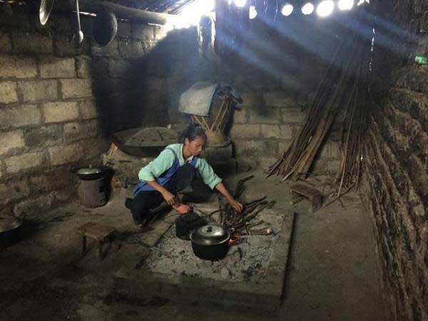 ชาวหมู่บ้านคนหนึ่งในภูมิลำเนา เขตเจินเฟิง มณฑลกุ้ยโจว ซึ่งเป็นส่วนหนึ่งในโครงการย้ายถิ่นฐาน ของรัฐบาลท้องถิ่น (ภาพไชน่าเดลี)