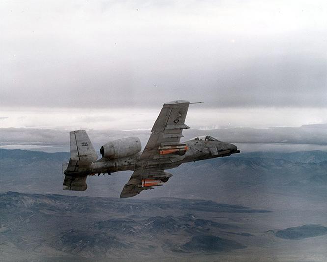 <br><FONT color=#00003>A-10 Warthog ขณะบินทดสอบเหนือฐานทัพอากาศเอ็ดเวิร์ดส์ ทางตอนใต้ของรัฐแคลิฟอร์เนีย 22 พ.ค.2518 .. บินมากว่า 40 ปี ถูกท้าทายมาในหลายยุค สัปดาห์นี้ หมูป่าเขี้ยวตัน ยังมีชีวิตอยู่บินต่อไป โดยไม่มีกำหนดการปลดระวาง นี่คือเครื่องบินโจมตีดีที่สุดรุ่นหนึ่ง ในประวัติศาสตร์กองทัพอากาศสหรัฐ. -- Edwards Air Force Base/FILES. </b>