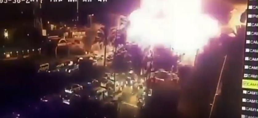 ภาพเหตุการณ์ขณะที่นักรบไอเอสกดระเบิดคาร์บอมบ์ที่หน้าร้านไอศกรีมชื่อดังแห่งหนึ่งในกรุงแบกแดด