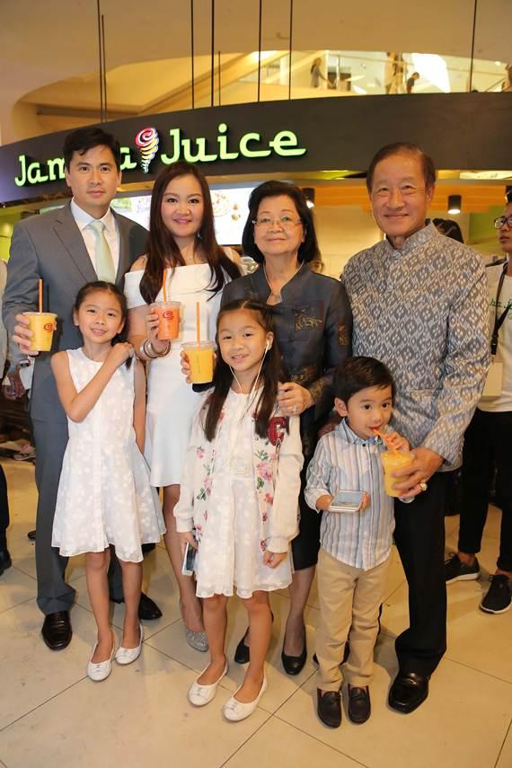 คนดังแห่ดื่มสมูทตี้ผักผลไม้สัญชาติอเมริกัน แห่งแรกในไทย