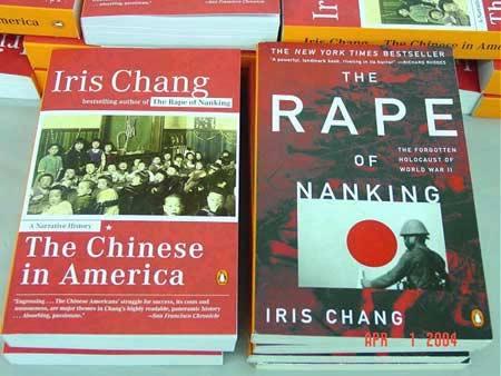 'The Rape of Nanking' ได้รับการต้อนรับถึงขั้นติดอันดับหนังสือขายดีอันดับหนึ่งของนิวยอร์กไทมส์เป็นเวลานานถึง 14 สัปดาห์ ทำสถิติยอดขายราว 100,000 เล่ม ได้รับการตีพิมพ์ 12 ครั้ง และ (ภาพซ้าย) The Chinese in America ที่ออกในปี 2003