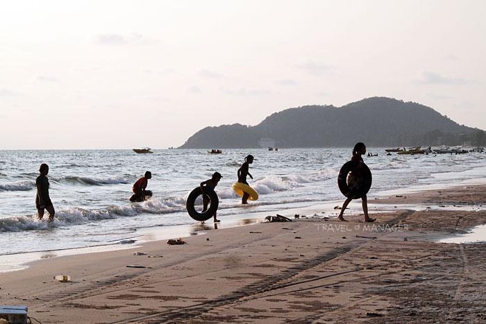 เด็กๆ เล่นน้ำกันที่หาดเจ้าหลาว
