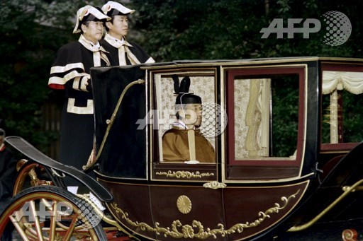 Japanese Emperor Akihito (C) sits in a carriage on his way to visit the inner shrine at Ise on November 28, 1990. The emperor will perform a ritual to report on the completion of his enthronement and perform food offering ceremonies to deities. Toshifumi Kitamura/AFP